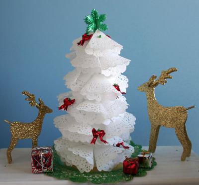 Christmas_tree_4_white_doiliesgreat